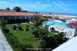 Vista dall'alto della piscina del bagno Costa Azzurra, corredata da un grande giardino e affacciata sulla spiaggia